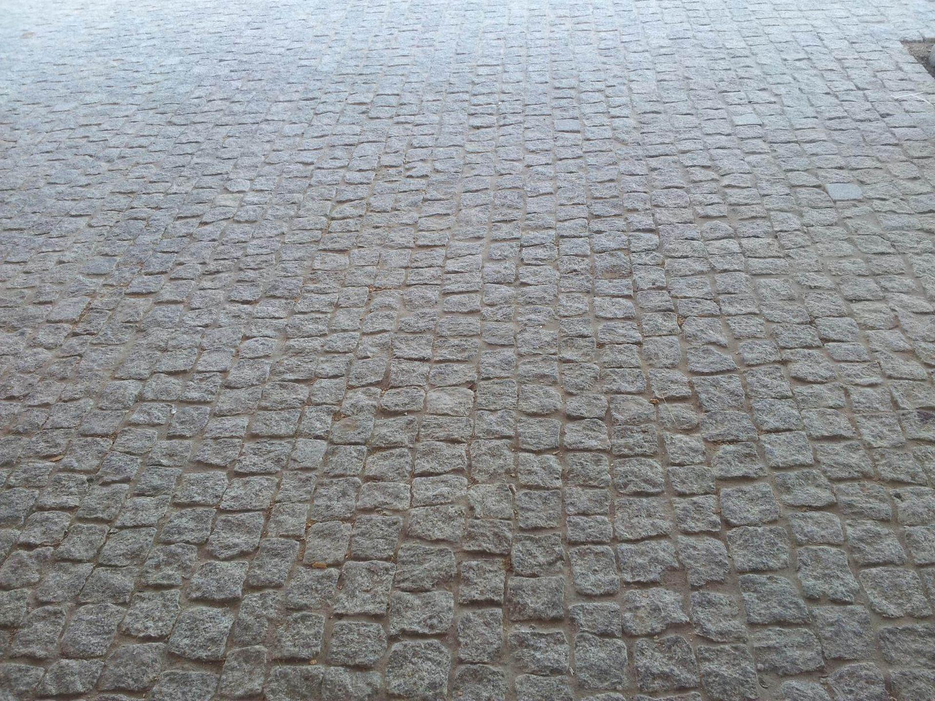 Nawierzchnia kamienna z kostki granitowej szarej