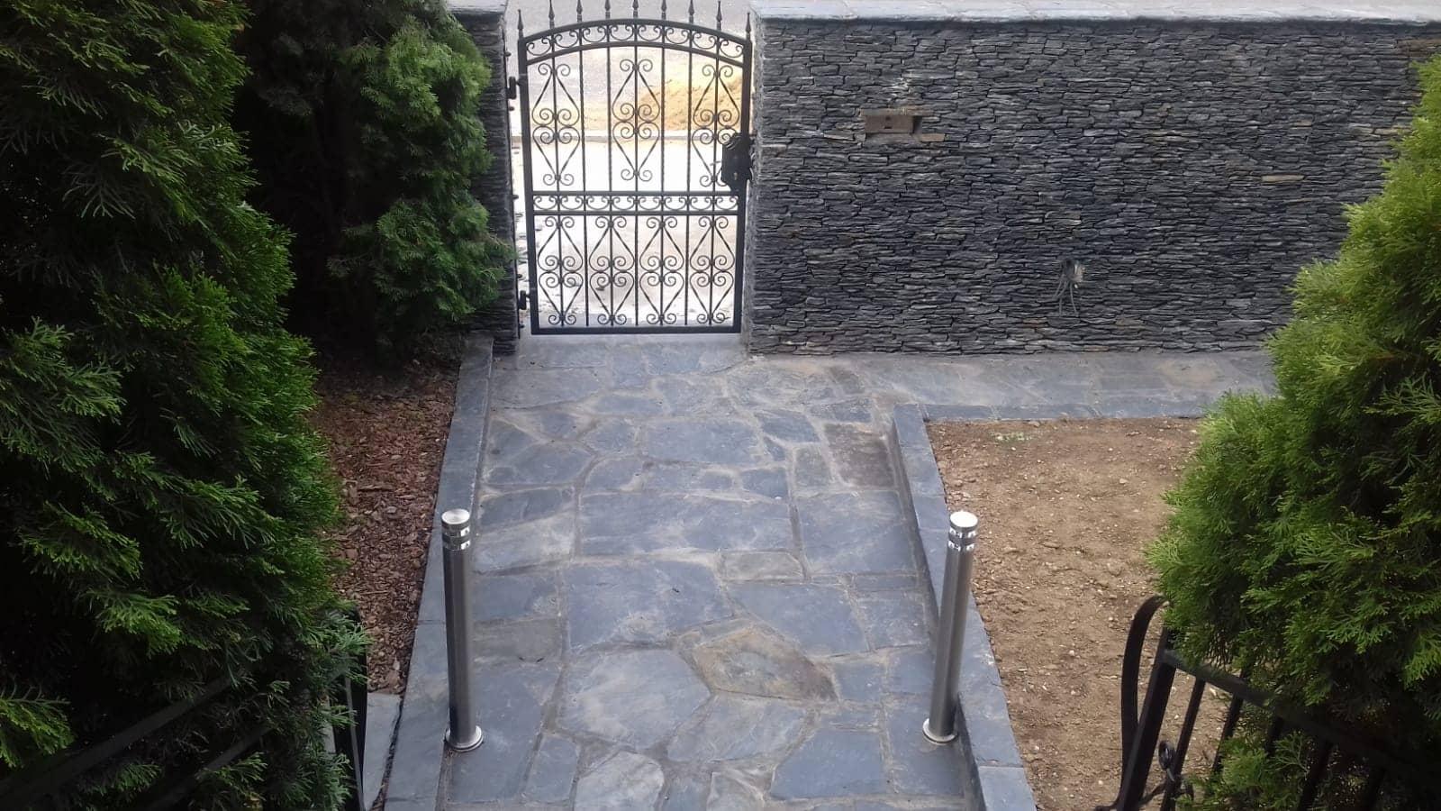 Ogrodzenie kamienne z łupka czarnego