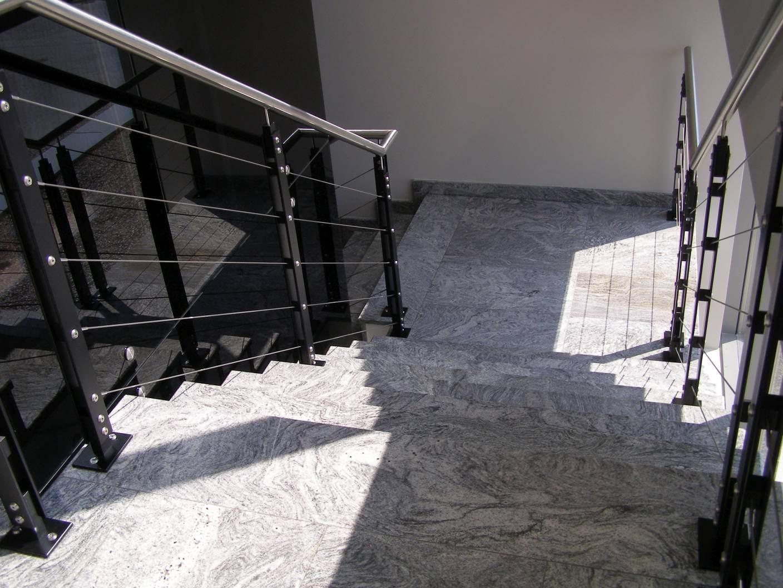 Schody i posadzka wykonana z granitu